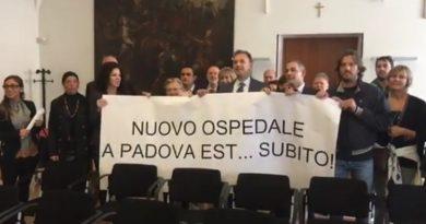 La cortina fumogena della manifestazione di Massimo Bitonci in municipio fa comodo anche ai bramini di corte di Sergio Giordani