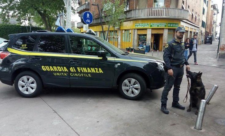 La guardia di finanza passa al setaccio la zona stazione: un arresto e quasi mezzo chilo di hashish sequestrato