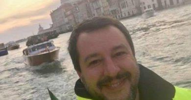 Matteo Salvini arrivato a Venezia per l'alluvione in Veneto sorride e fa il segno del like con la mano. E' bufera social