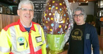 Al Caffeine giovedì pomeriggio spaccano il maxi uovo: cioccolata gratis per tutti a fin di bene