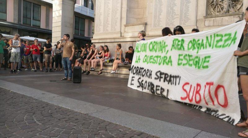 """Attivisti dei centri sociali e della sinistra radicale sotto palazzo Moroni per dire no agli sgomberi. E l'assessora dice: """"E' sempre una tragedia"""""""
