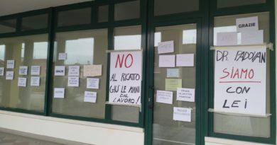 Il dottor Padovan sospeso dal servizio perchè non vaccinato. I concittadini affiggono cartelli di solidarietà